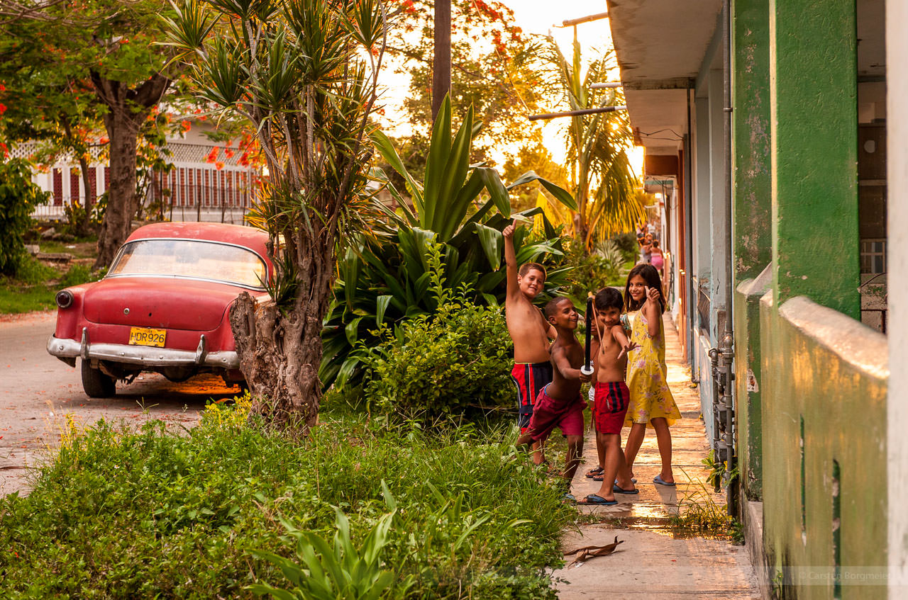 Straßenszene mit Kindern, fotografiert am 8. Juni 2009 in Havanna.