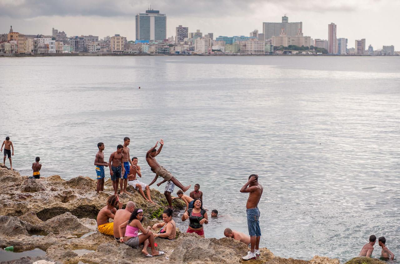 Badespaß am Malecon, Havanna, Kuba, Mai 2009