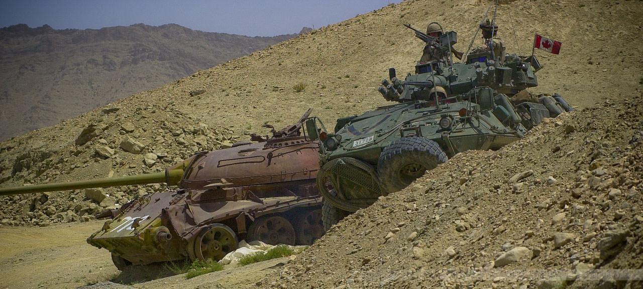 Kanadisches Stryker-Team auf Posten am Kabuler Panzerfriedhof, Afghanistan, Juli 2004