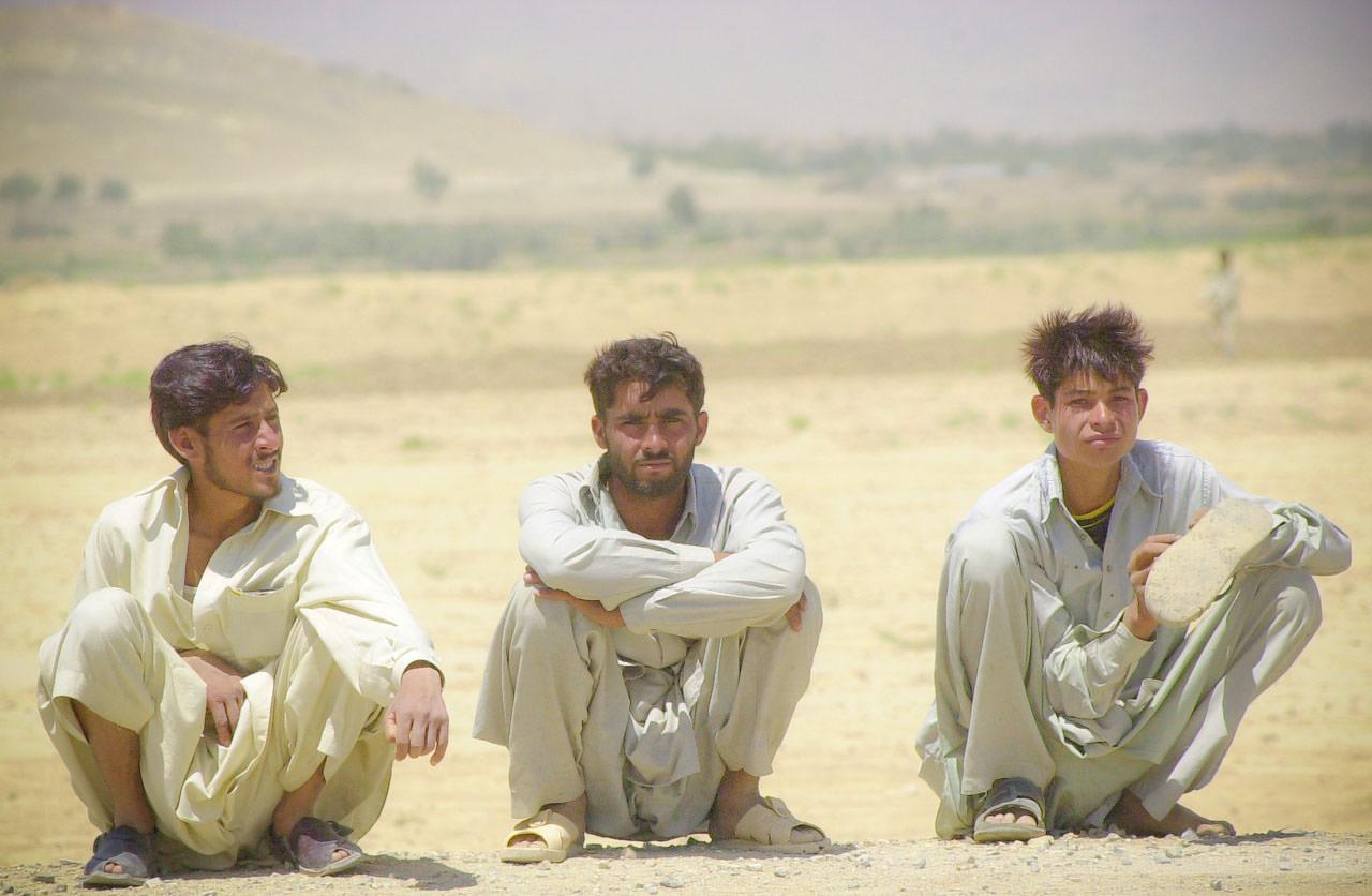 Warten auf eine Mitfahrgelegenheit, Tangikalay, Afghanistan, Juli 2004