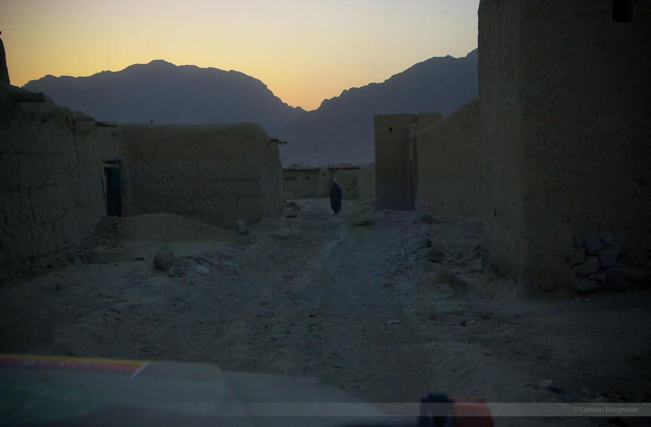 Auf Patrouille frühmorgens bei Butkhak, Afghanistan, Juli 2004