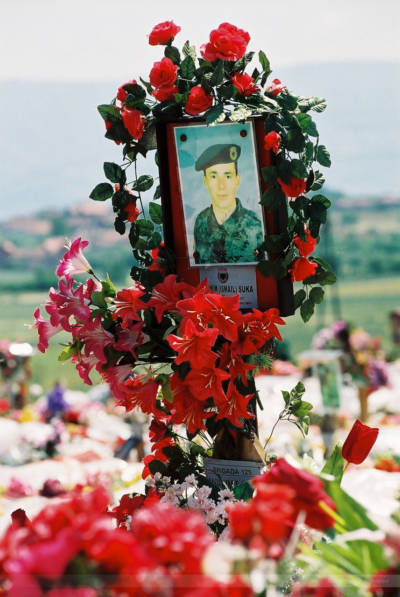 Grab eines gefallenen UCK-Kämpfers, Orahovac, 2000