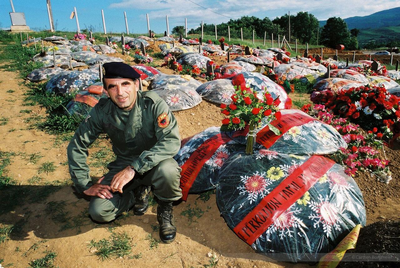 UCK-Friedhof bei Kacanik, Kosovo, Mai 2000