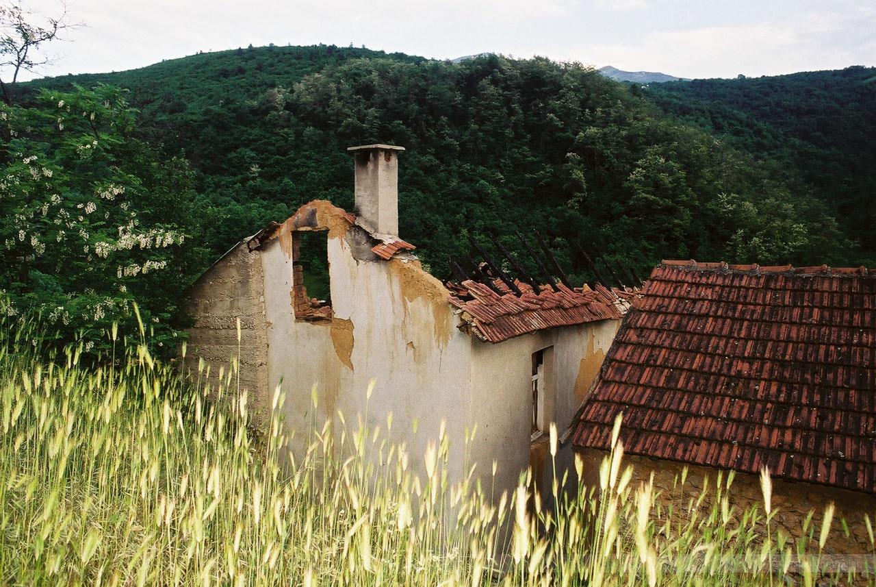 Von Serben zerstörtes Haus bei Suva Reva, Kosovo, Mai 2000