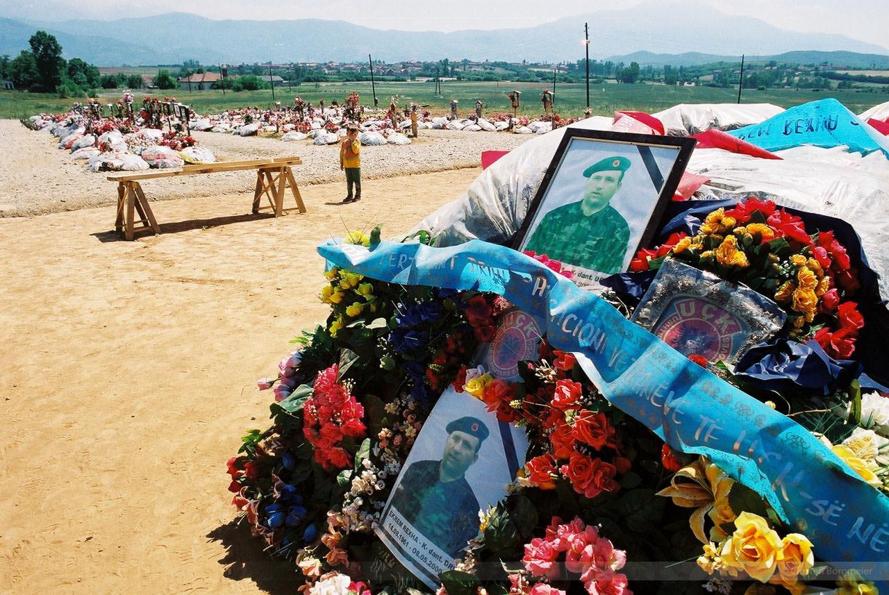 Gräber gefallener UCK-Kämpfer bei Orahovac, Kosovo, Mai 2000