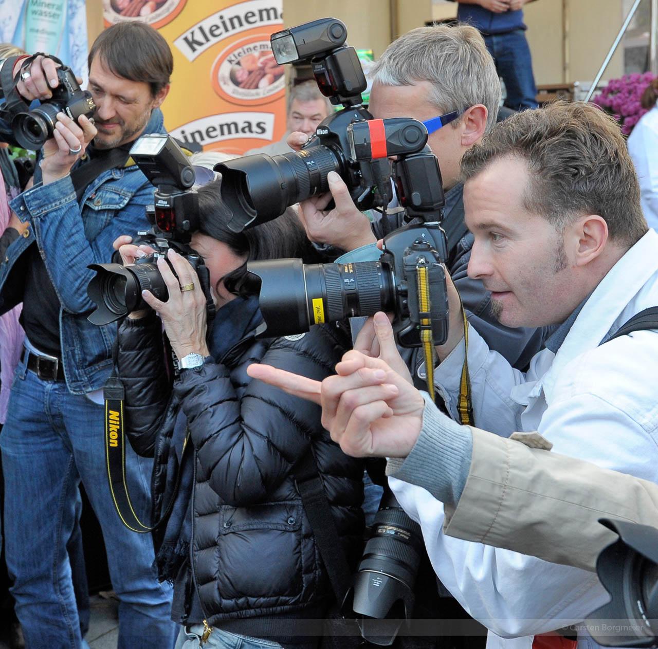 Fotojournalist Carsten Borgmeier inmitten vieler anderer Reporter auf einem PR-Termin in Gütersloh, Oktober 2012