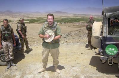 Fotoreporter Carsten Borgmeier mit Bundeswehr-Soldaten im Umland von Kabul, Afghanistan, Juli 2004