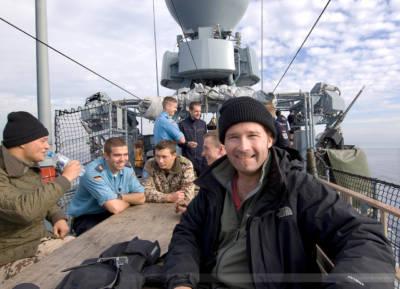 """Fotoreporter Carsten Borgmeier an Deck des deutschen Schnellbootes """"Zobel"""", Libanonküste, Januar 2008"""