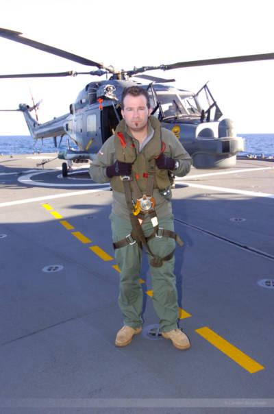 """Fotoreporter Carsten Borgmeier an Deck der deutschen Fregatte """"Bayern"""". Im Hintergrund ein deutscher Marine-Hubschrauber, Libanonküste, Januar 2008"""